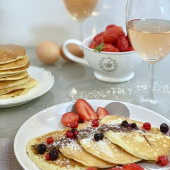 pancakes présentés avec des fruits